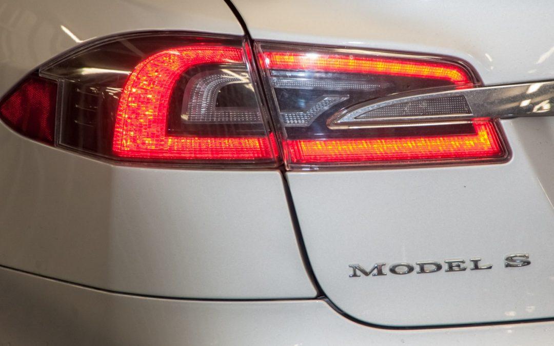 Video – Tesla Model S raakt dak kwijt op snelweg – Autoblog.nl