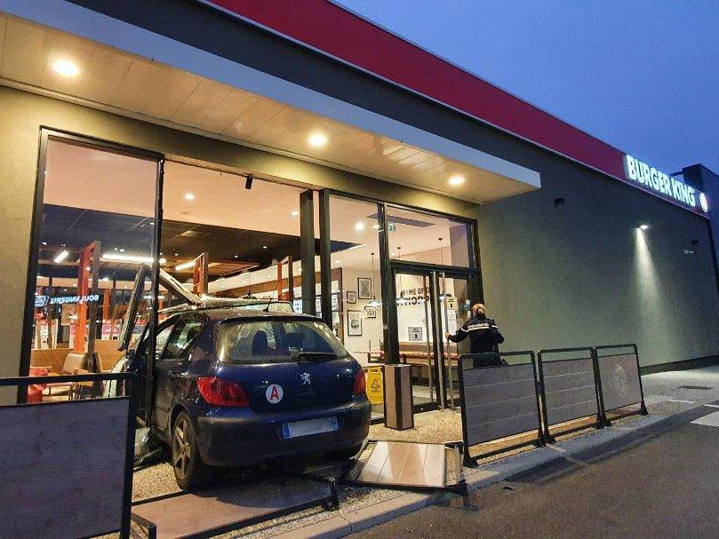 Fransman geeft vriend rijles, vriend rijdt Burger King binnen – Autoblog.nl