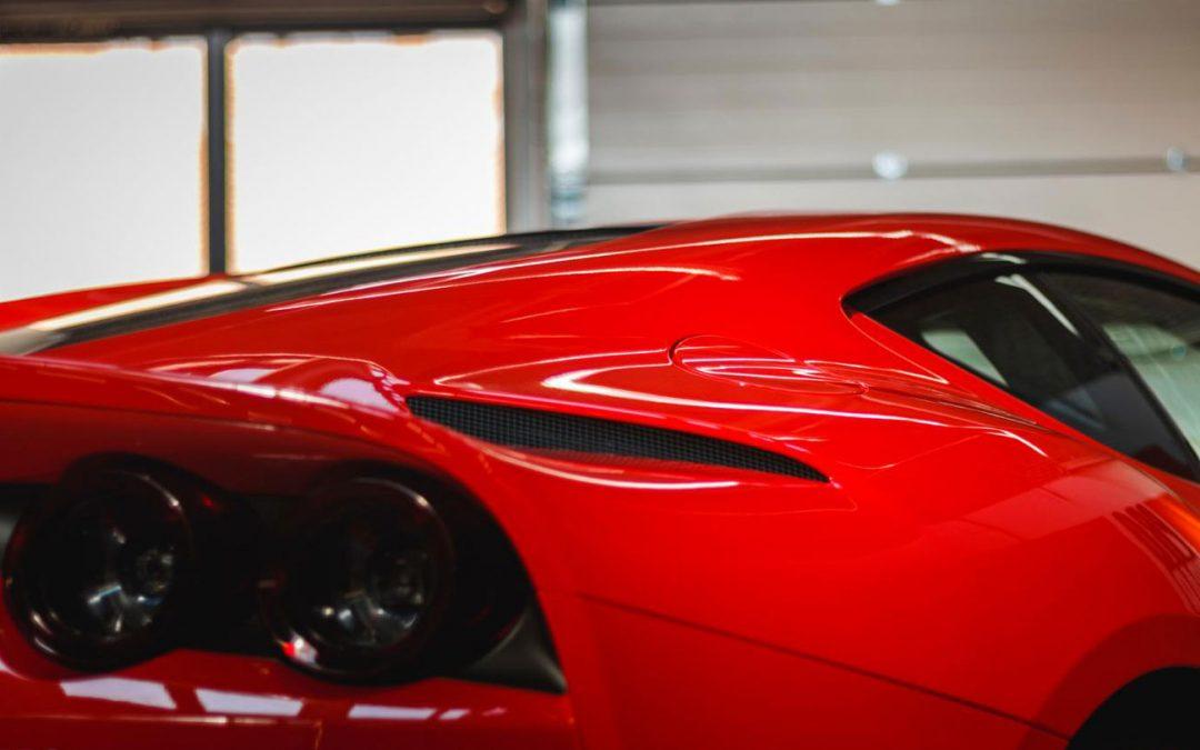 Medewerker wasstraat rijdt Ferrari 812 van voetballer in de prak – Autoblog.nl