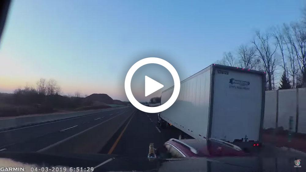 Video – Nissan gooit zich tussen twee vrachtwagens – Autoblog.nl