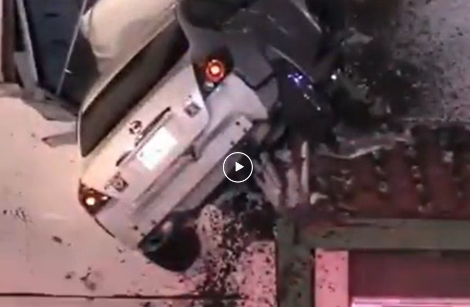 Video – Nissan Altima kopt voorgevel huis – Autoblog.nl