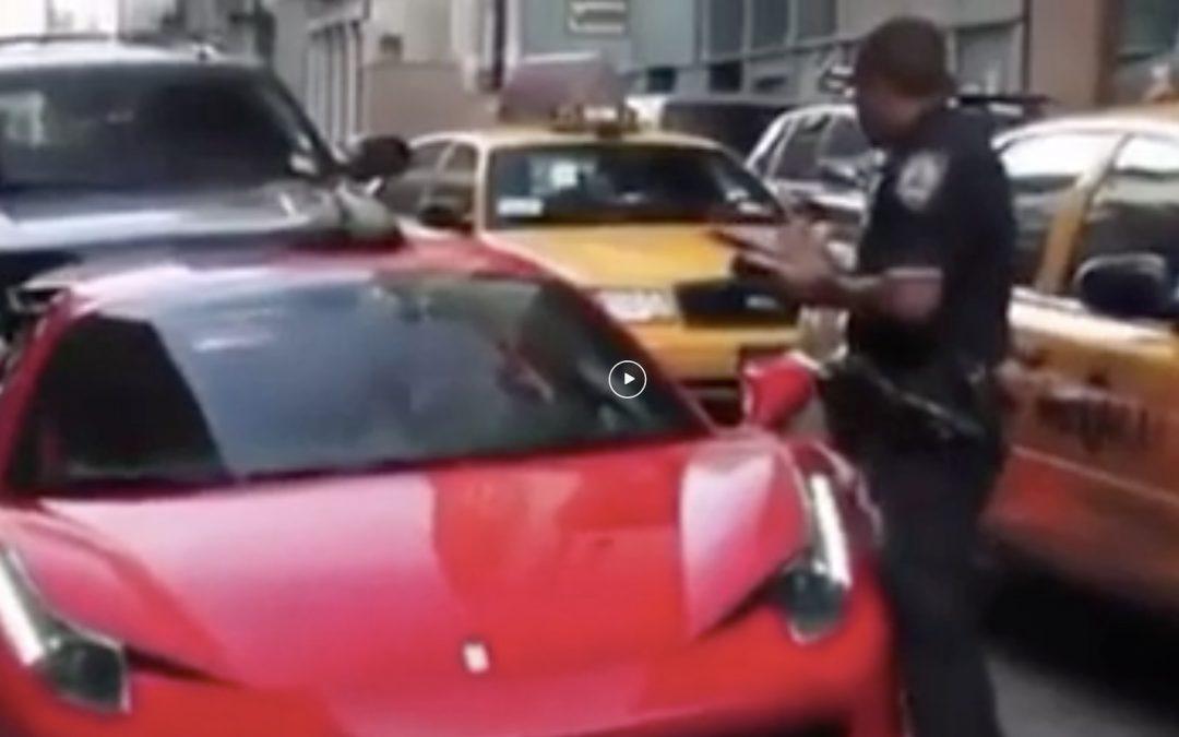 Video: Ferrari rijder wil duidelijk geen boete – Autoblog.nl