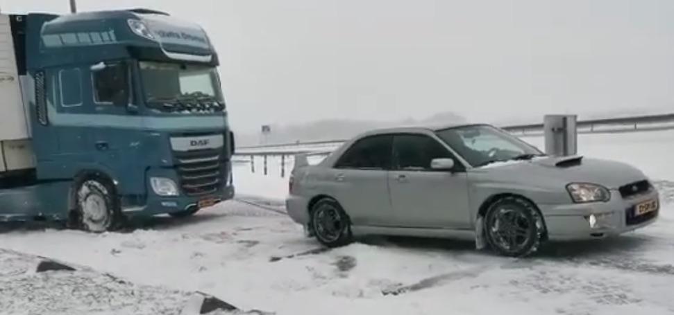 Video: Nederlandse Subie trekt vrachtwagen uit de sneeuw – Autoblog.nl