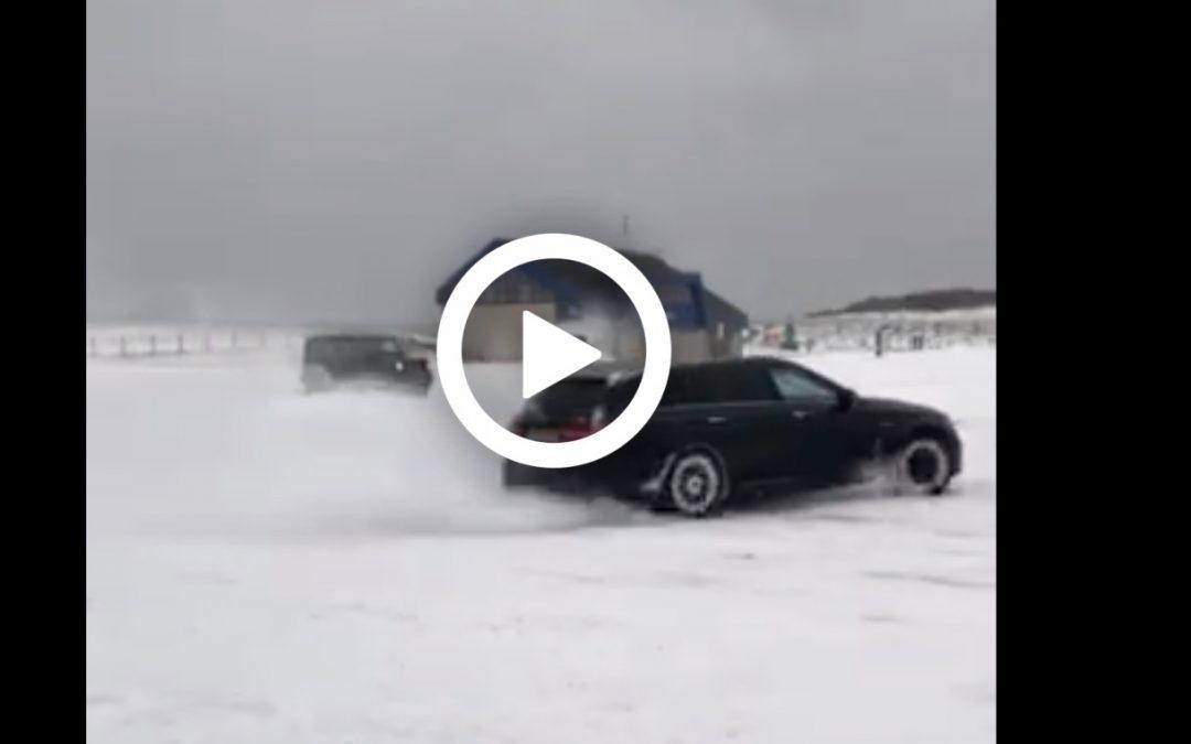 Video: V8'en gaan los in de sneeuw in Katwijk – Autoblog.nl