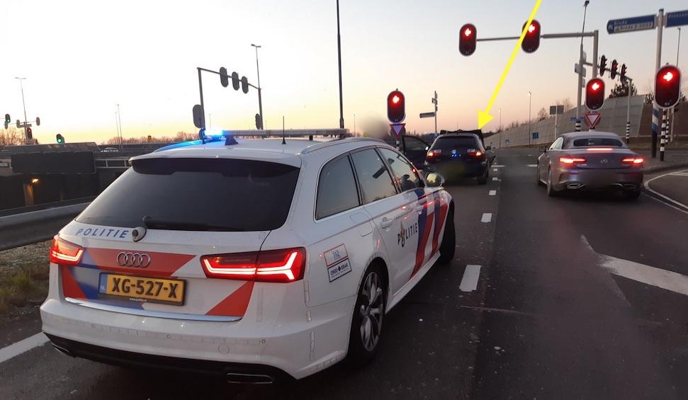 Tilburger op drank en drugs rijdt met open motorkap over A16 – Autoblog.nl