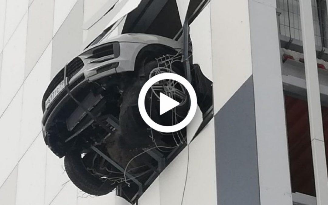 Video – Porsche Macan hangt over het randje – Autoblog.nl
