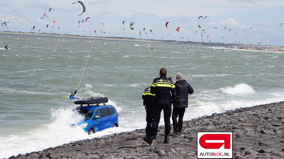 Ach nee! Dacia in Scharendijke verdwijnt in zee – Autoblog.nl
