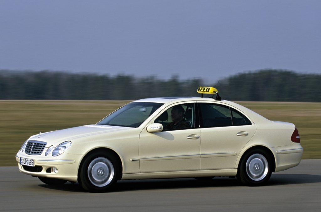 Video: mevrouw wordt de taxi uitgezet – Autoblog.nl