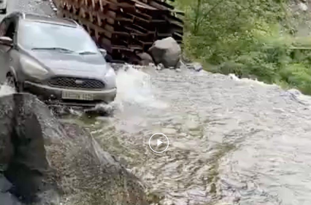 Video: een waterval oversteken, lukt dat of niet? – Autoblog.nl
