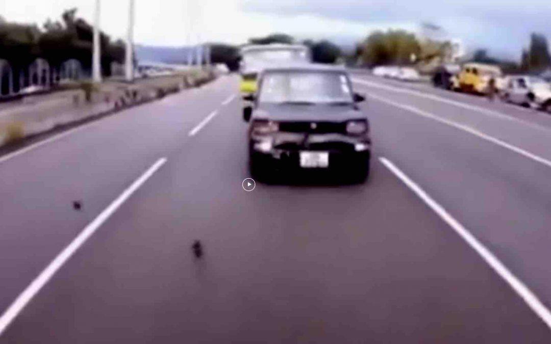 Video: bijzondere meneer veroorzaakt meerdere crashes – Autoblog.nl