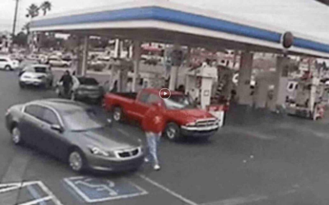 Video: auto rijdt man omver bij tankstation – Autoblog.nl