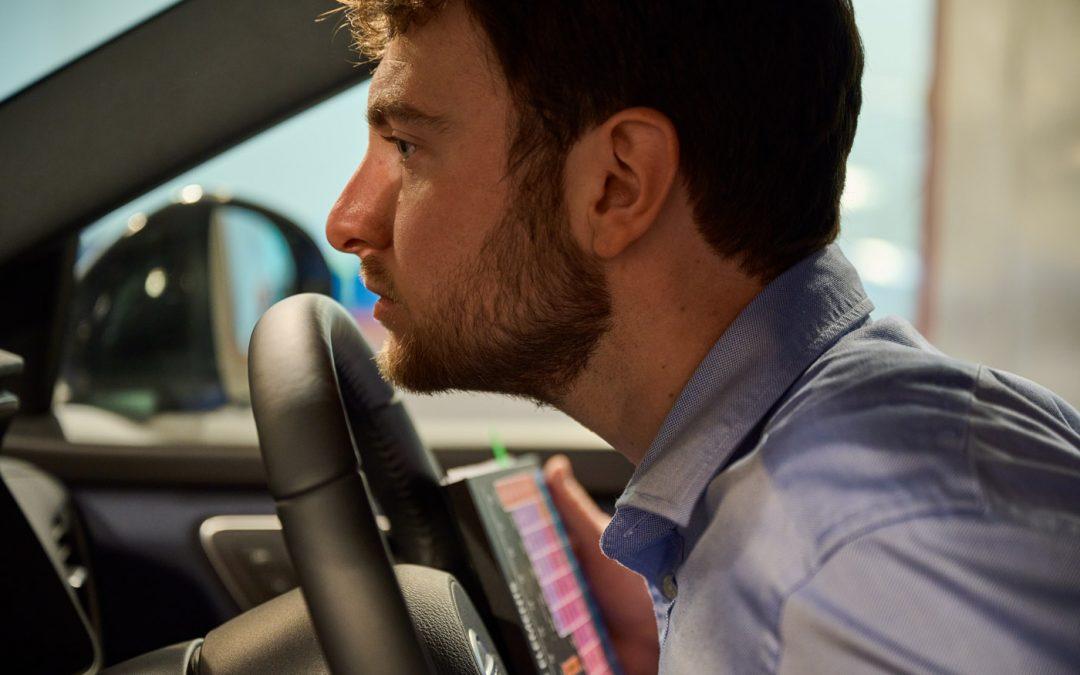 Deze man is full-time bezig met de geur van Nissans