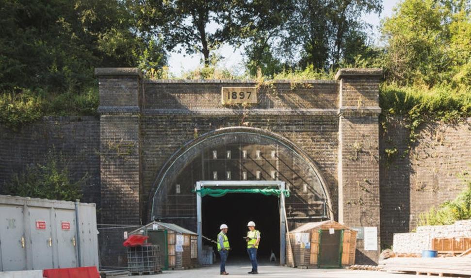 Door deze idyllische oude tunnel wordt keihard gescheurd