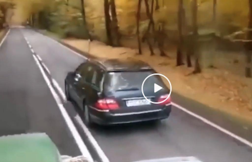 Video: automobilist in Mercedes E-klasse doet vervelend