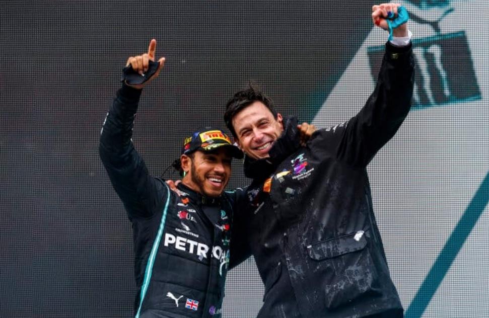 Hamilton en Mercedes kibbelen over verloren punten