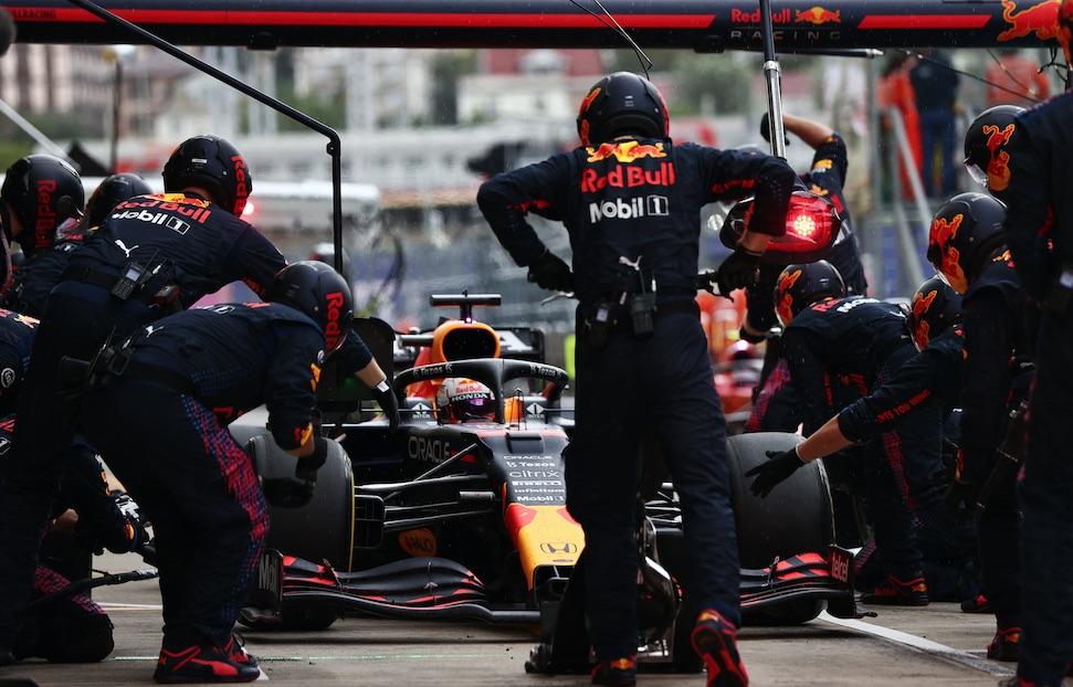 Red Bull Racing werkbij deelt zijn pijn op social media