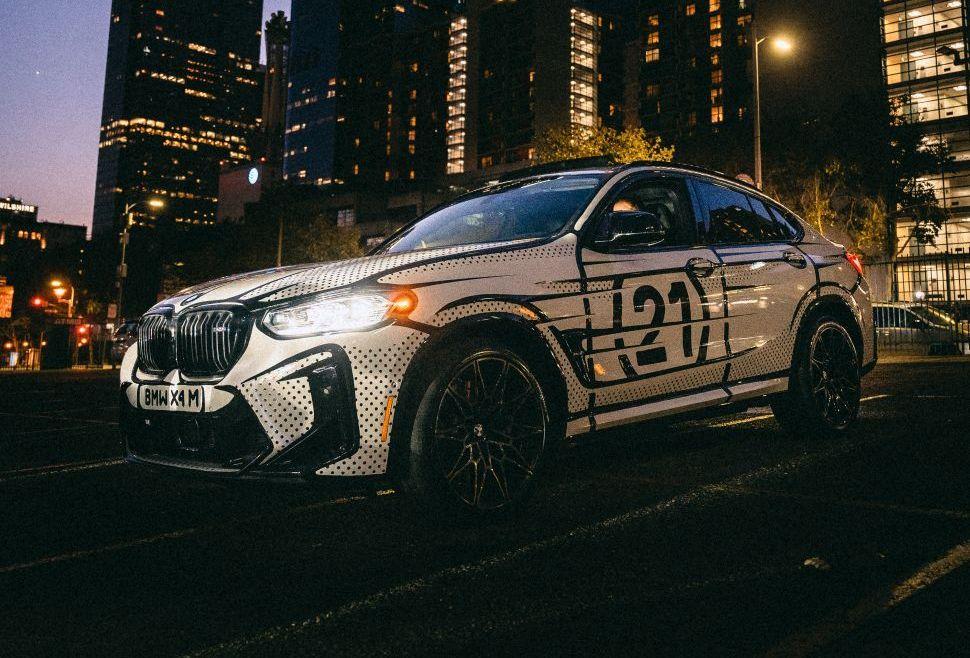 Bekladde BMW X4 M is een rijdend stripfiguur