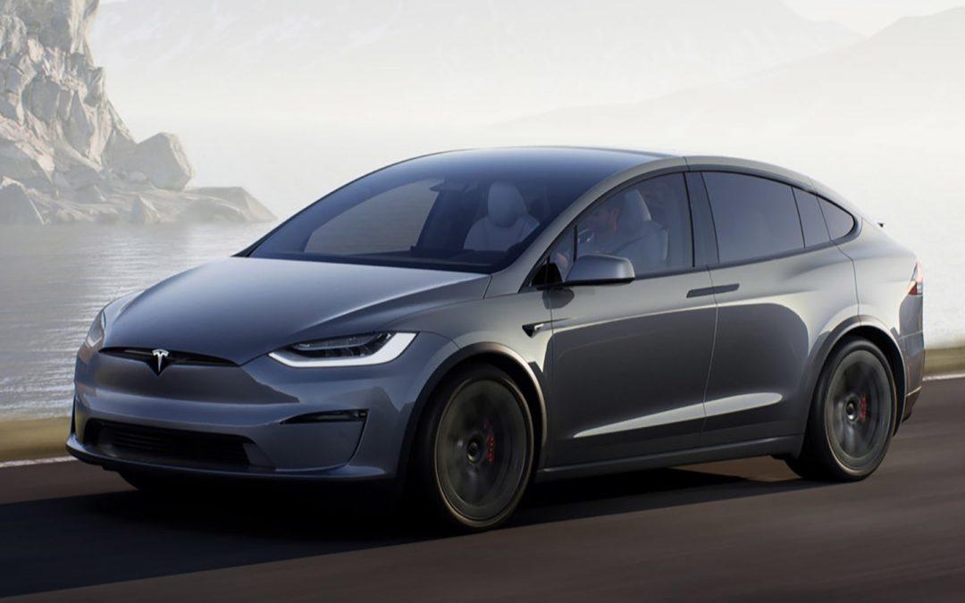 Video: boze meneer valt man in Tesla Model X aan